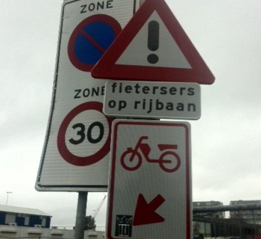 fietersers op de rijbaan